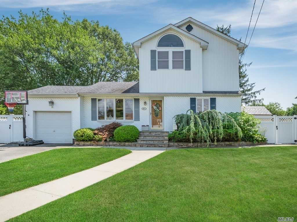 467 Grenadon Ln, N. Babylon, NY 11703 is now new to the market!