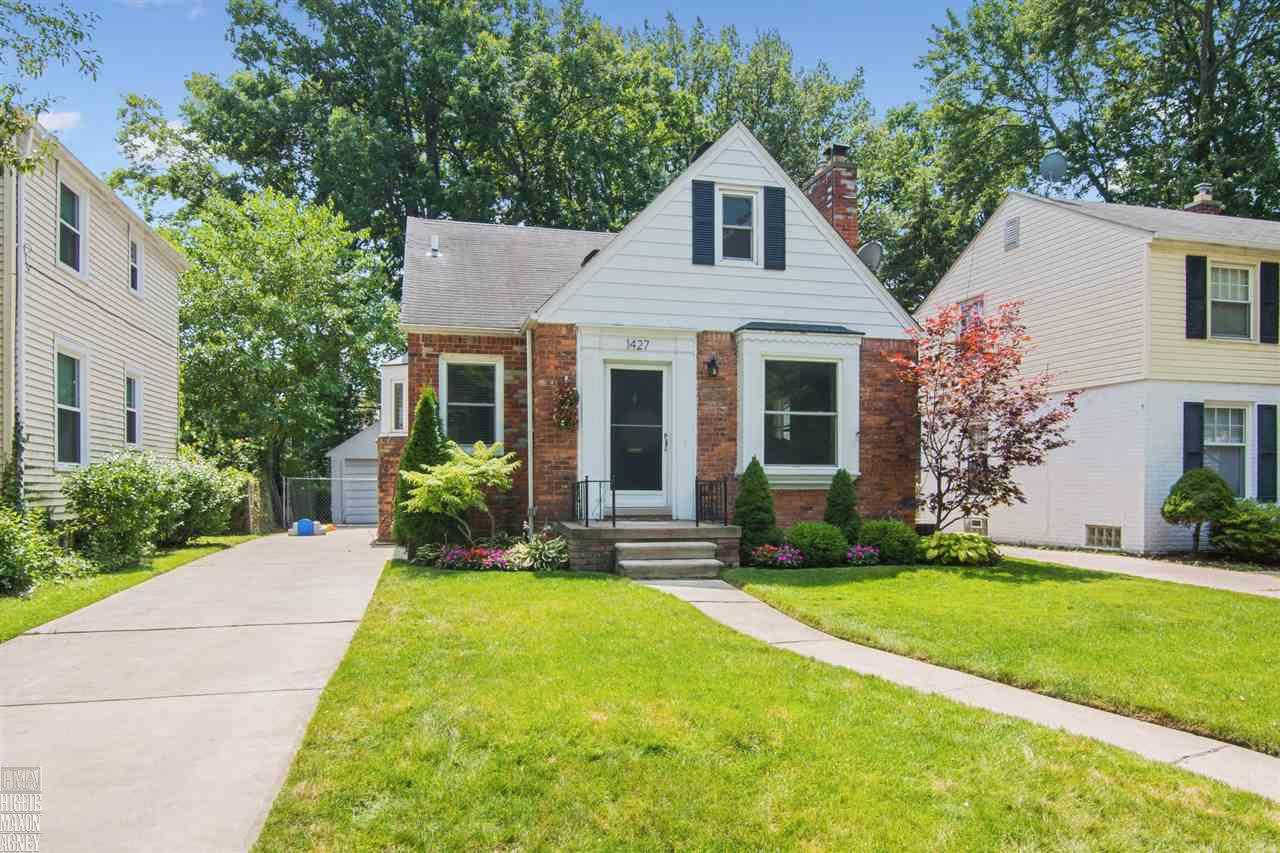 Another Property Sold - 1427 Roslyn, Grosse Pointe Woods, MI 48236