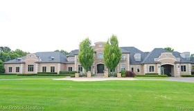 5174 Barrington Dr, Rochester, MI 48306